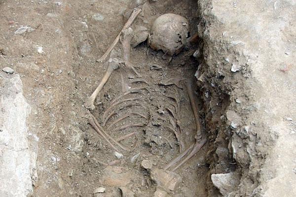 entierro-italia-niña-bruja